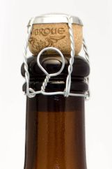 595px-Beer_bottle_sealed_with_a_cork_and_muselet (1)
